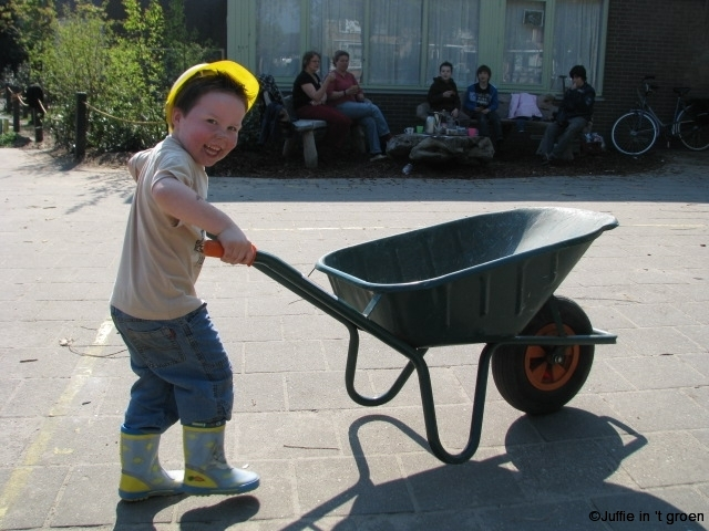 25 april 2009 kruiwagen met jongen